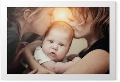 Poster in Cornice Madre e figlia baciare la sorella bambina