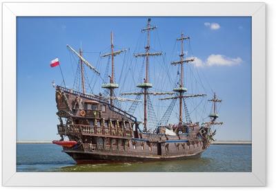 Gerahmtes Poster Piraten Galeone Schiff auf dem Wasser von Ostsee in Gdynia, Polen