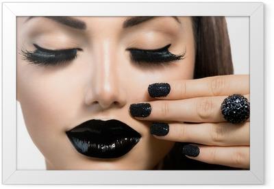 Gerahmtes Poster Schönheit Mode Mädchen mit trendigen Caviar Black Maniküre und Make-up