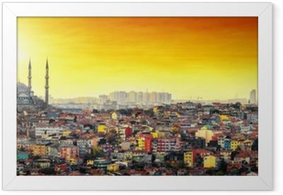 Istanbulin moskeija, jossa on värikäs asuinalue auringonlaskussa Kehystetty juliste