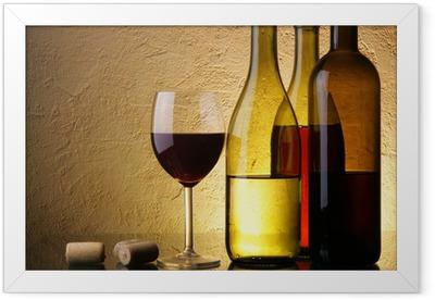 Poster en cadre Nature morte avec trois bouteilles de vin et le verre