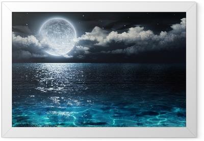 Ingelijste Poster Romantische en schilderachtige panorama met volle maan op zee 's nachts