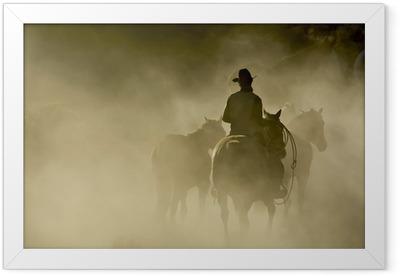 Gerahmtes Poster Einzel-Cowboy mit Seil und Pferde im Staub