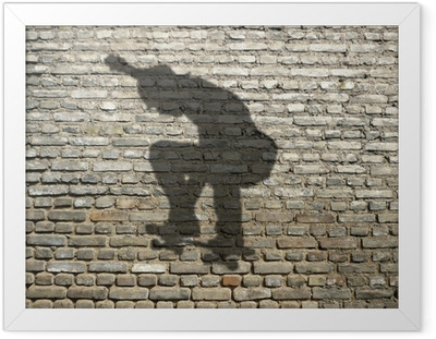 ombre de skate-boarder sur mur de briques Framed Poster