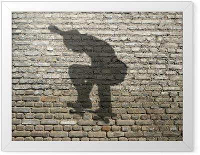Póster Enmarcado Sombra skate-boarder en la pared de ladrillo