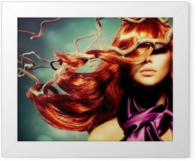 Gerahmtes Poster Model Woman Portrait mit langen lockigen roten Haar