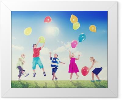 Poster in Cornice I bambini multietnico esterna a giocare con palloncini