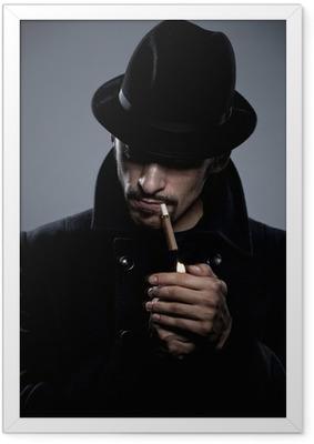 Poster en cadre Homme mystérieux allumant une cigarette