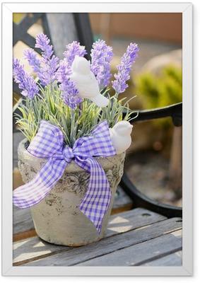 Poster i Ram Lavendel i den gamla krukan på bänken. Heminredning.