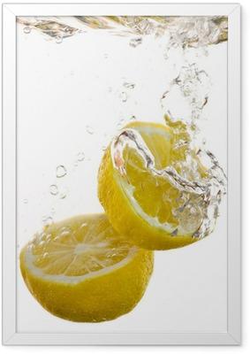 2 Hälften von Zitronen fallen ins Wasser und machen Blasen Framed Poster