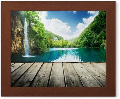 Poster en cadre Cascade dans la forêt profonde de la Croatie et de la jetée en bois