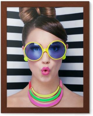 b7366fe3839b Attraktiv ung overrasket kvinde iført briller Plakat • Pixers® - Vi ...