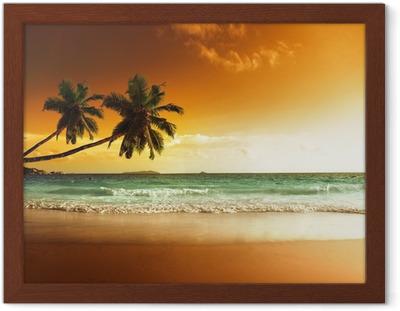 Auringonlasku rannalla Karibianmerellä Kehystetty juliste
