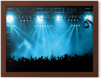 Poster i Ram Glädjande folkmassa på konsert, musiker på scenen