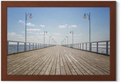 Plakat w ramie Stare drewniane molo na pusty brzeg morza z miejsca na kopię