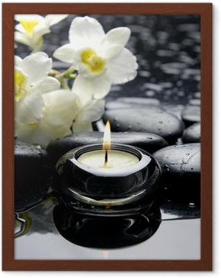 Poster en cadre Bougies d'aromathérapie et de pierres zen avec la branche orchidée blanche