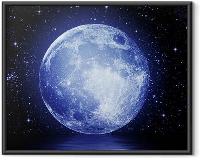Den fulde måne i nattehimlen afspejles i vand Indrammet plakat