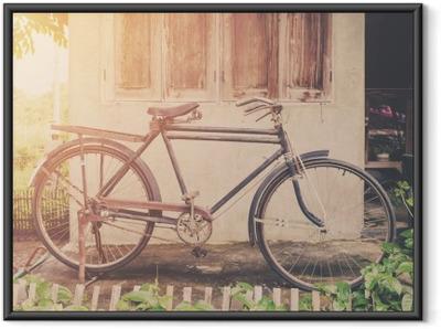 Póster com Moldura Bicicleta do vintage ou parque bicicleta velha do vintage na casa de parede de idade.