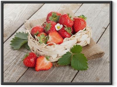 Ingelijste Poster Verse aardbeien in de mand