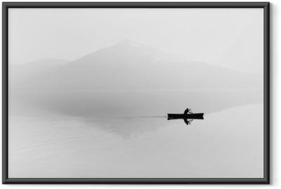 Poster en cadre Brouillard sur le lac. Silhouette de montagnes en arrière-plan. L'homme flotte dans un bateau avec une pagaie. Noir et blanc