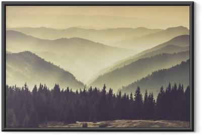 Póster com Moldura Paisagem de colinas montanhas enevoadas.