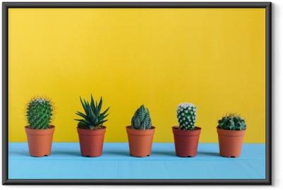 Ingelijste Poster Cactus op het bureau met gele wal