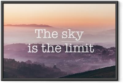 Gerahmtes Poster Der himmel ist die grenze, nebelige berge hintergrund