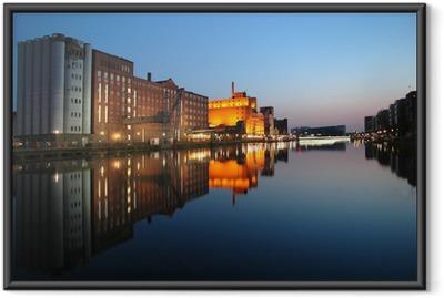 Gerahmtes Poster Innenhafen Duisburg zur blauen Stunde