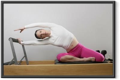 Gerahmtes Poster Fitnessstudio Frau Pilates Stretching Sport im Reformer Bett