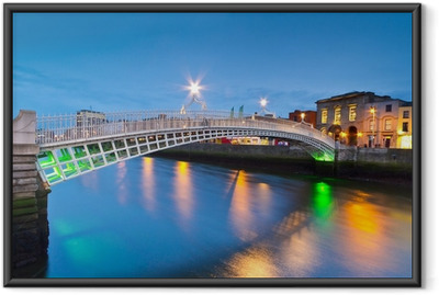 Gerahmtes Poster Die ha'penny Brücke in Dublin bei Nacht, Irland