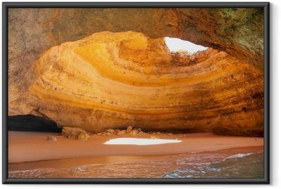 Gerahmtes Poster Berühmte Höhle am Strand Benagil in Algarve Portugal