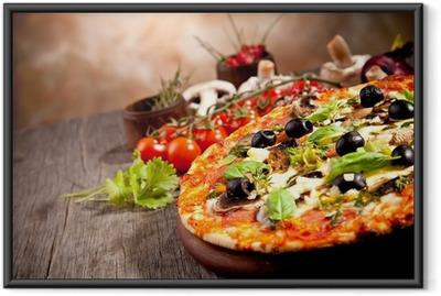Gerahmtes Poster Frische italienische Pizza