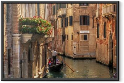 Gerahmtes Poster Venedig, Italien. Gondel auf einem romantischen Kanal.