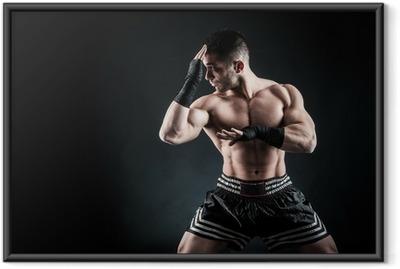 Gerahmtes Poster Sportler Kickboxer intensive Porträt vor schwarzem Hintergrund.