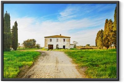 Gerahmtes Poster Alte verlassene Landhaus, Straßen- und Bäume auf sunset.Tuscany, Ita
