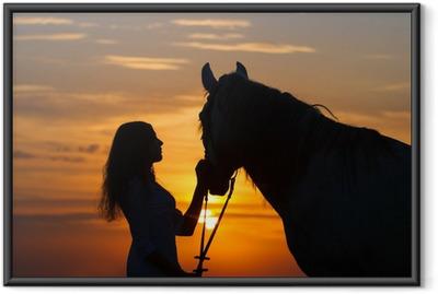 Plakat w ramie Piękny koń z dziewczyną sylwetka na zachodzie słońca
