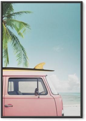 89f4a5be48814f Ingelijste Poster Vintage auto geparkeerd op het tropische strand (zee) met  een surfplank op