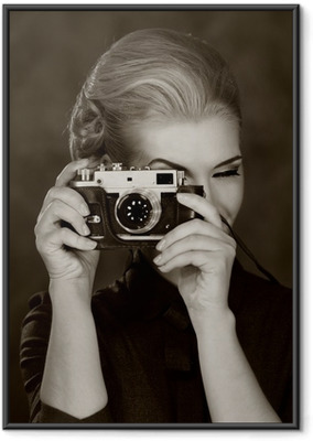 Ingelijste Poster Vrouw in klassieke jurk met retro camera.
