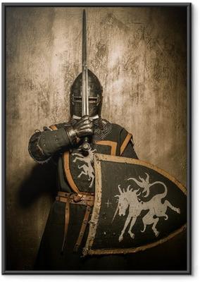 Plakat w ramie Miecz średniowieczny rycerz w holding przed twarzą