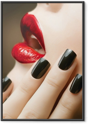 Poster en cadre Maquillage et manucure. Ongles noirs et les lèvres rouges