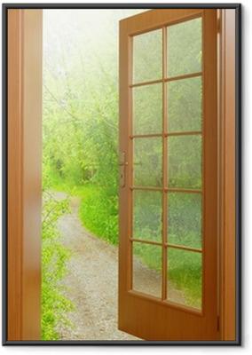Gerahmtes Poster Geöffnete Tür bis zum frühen Morgen im grünen Garten.