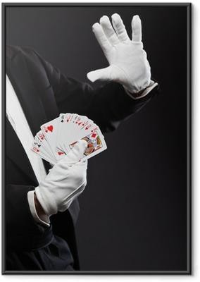 Poster en cadre Mains de cartes de maintien magicien. Portant un costume noir. Studio photo