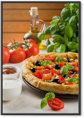 Gerahmtes Poster Pizza auf Holztisch