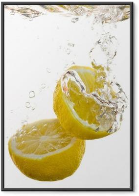 Póster com Moldura 2 Hälften von Zitronen fallen ins Wasser und machen Blasen
