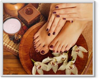 Ingelijste Poster Vrouwelijke voeten op spa salon op pedicure procedure