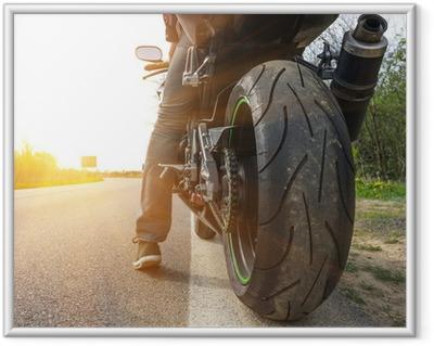 Plakat w ramie Motocykl na boku ulicy