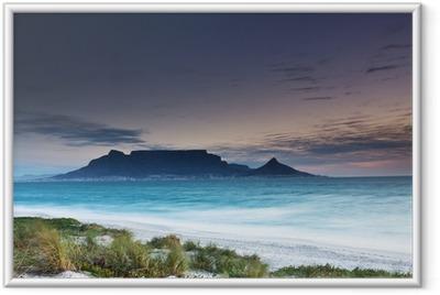 Ingelijste Poster Tafelberg vanaf Milnerton strand met gras op de voorgrond