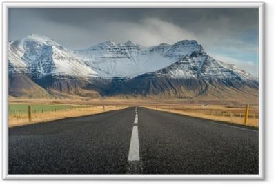 Gerahmtes Poster Perspektivenstraße mit Schneegebirgszughintergrund in der bewölkten Tagesherbstsaison Island