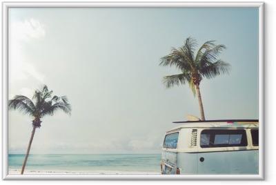 Plakat w ramie Vintage samochód zaparkowany na tropikalnej plaży (morze) z deski surfingowej na dachu - wycieczce w lecie
