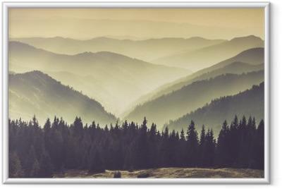 Póster Enmarcado Paisaje de colinas brumosas montañas.